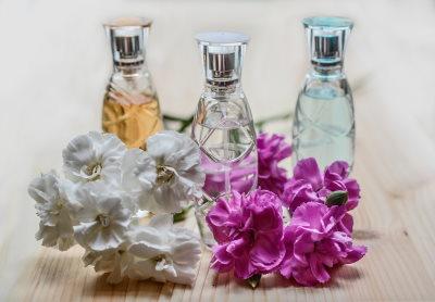 Oli essenziali: quali utilizzare in alternativa al profumo (per donna e uomo)